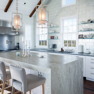 Immagine di una cucina a L stile marinaro con lavello a vasca singola, ante in stile shaker, ante bianche, paraspruzzi a effetto metallico, paraspruzzi con piastrelle di metallo, parquet scuro e isola