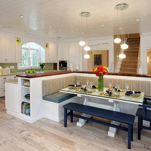 Новый формат декора квартиры: кухня в современном стиле с столешницей из дерева, фасадами с выступающей филенкой, белыми фасадами, разноцветным фартуком и техникой из нержавеющей стали