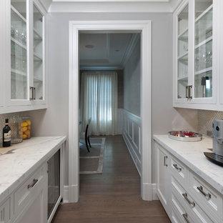 Esempio di una piccola cucina tradizionale con ante con riquadro incassato, ante bianche, lavello sottopiano, top in marmo, paraspruzzi a effetto metallico, elettrodomestici bianchi e pavimento in legno massello medio