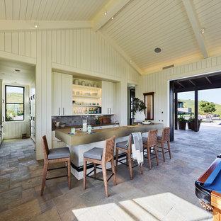 Esempio di una cucina country con ante bianche, top in cemento, paraspruzzi grigio, paraspruzzi con piastrelle in ceramica, pavimento in ardesia, isola e pavimento grigio