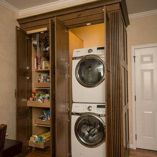 Idéer för att renovera ett stort vintage kök, med en rustik diskho, skåp i shakerstil, skåp i mellenmörkt trä, granitbänkskiva, beige stänkskydd, stänkskydd i stenkakel, rostfria vitvaror, mellanmörkt trägolv, en köksö och brunt golv