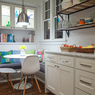 Esempio di una grande cucina parallela design con lavello sottopiano, ante in stile shaker, ante bianche, top in marmo, paraspruzzi bianco, elettrodomestici in acciaio inossidabile, pavimento in legno massello medio e isola