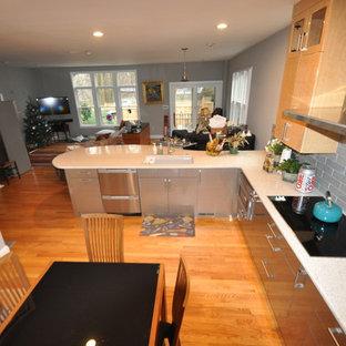 Стильный дизайн: п-образная кухня-гостиная среднего размера в современном стиле с накладной раковиной, плоскими фасадами, светлыми деревянными фасадами, столешницей терраццо, фартуком из плитки кабанчик, техникой из нержавеющей стали, паркетным полом среднего тона, полуостровом и серым фартуком - последний тренд