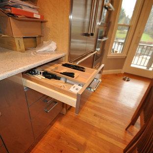 Bild på ett mellanstort funkis kök, med en nedsänkt diskho, släta luckor, skåp i ljust trä, bänkskiva i terrazo, stänkskydd i tunnelbanekakel, rostfria vitvaror, mellanmörkt trägolv, en halv köksö och grått stänkskydd