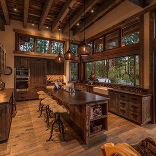 サクラメントのラスティックスタイルのおしゃれなキッチン (エプロンフロントシンク、シェーカースタイル扉のキャビネット、濃色木目調キャビネット、マルチカラーのキッチンパネル、モザイクタイルのキッチンパネル、シルバーの調理設備、濃色無垢フローリング) の写真