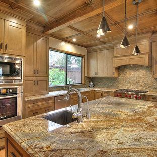 サンフランシスコの大きいエクレクティックスタイルのおしゃれなキッチン (アンダーカウンターシンク、シェーカースタイル扉のキャビネット、茶色いキャビネット、御影石カウンター、マルチカラーのキッチンパネル、石タイルのキッチンパネル、シルバーの調理設備の、セラミックタイルの床) の写真