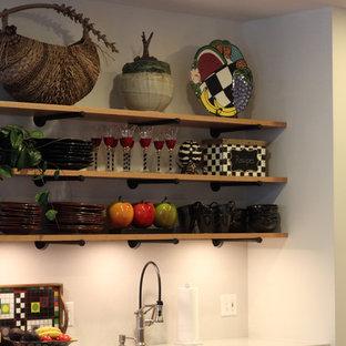 他の地域の小さいトランジショナルスタイルのおしゃれなキッチン (アンダーカウンターシンク、フラットパネル扉のキャビネット、グレーのキャビネット、コンクリートカウンター、白いキッチンパネル、石スラブのキッチンパネル、シルバーの調理設備、無垢フローリング) の写真