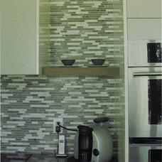 Modern Kitchen by 2GO Custom Kitchens Inc.
