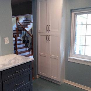 Ejemplo de cocina comedor en U, moderna, pequeña, sin isla, con armarios estilo shaker, puertas de armario grises, encimera de mármol, salpicadero de azulejos tipo metro, suelo de cemento y suelo azul