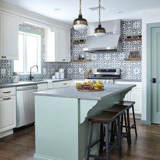 Inspiration för mellanstora lantliga grått kök, med luckor med upphöjd panel, vita skåp, bänkskiva i kvarts, flerfärgad stänkskydd, stänkskydd i cementkakel, rostfria vitvaror, en köksö, en undermonterad diskho, mörkt trägolv och brunt golv