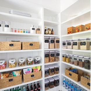 Неиссякаемый источник вдохновения для домашнего уюта: кухня среднего размера в стиле современная классика с кладовкой, открытыми фасадами, белыми фасадами и белым полом