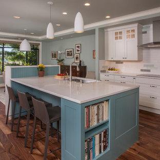 Esempio di una cucina abitabile classica con lavello sottopiano, ante in stile shaker, ante bianche, paraspruzzi multicolore, parquet scuro, isola, pavimento marrone e top bianco