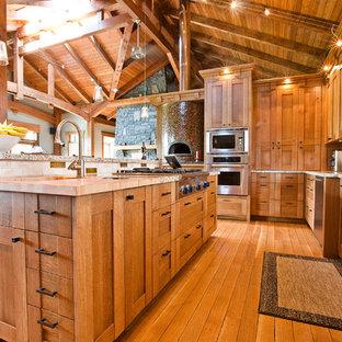 Imagen de cocina de estilo americano con fregadero sobremueble, armarios estilo shaker, puertas de armario de madera oscura, encimera de madera, salpicadero multicolor y electrodomésticos de acero inoxidable