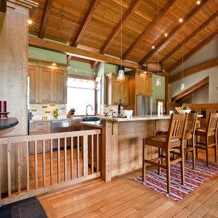 Bild på ett amerikanskt kök, med en rustik diskho, skåp i mellenmörkt trä, granitbänkskiva, flerfärgad stänkskydd och rostfria vitvaror