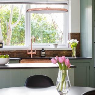 Foto di una cucina classica di medie dimensioni con lavello stile country, ante in stile shaker, ante verdi, top in quarzo composito, paraspruzzi con piastrelle di metallo, pavimento in linoleum, penisola e pavimento verde
