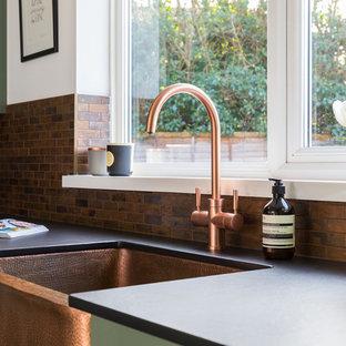Immagine di una cucina classica di medie dimensioni con lavello stile country, ante in stile shaker, ante verdi, top in quarzo composito, paraspruzzi con piastrelle di metallo, pavimento in linoleum, penisola e pavimento verde