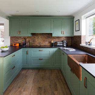 Esempio di una cucina chic di medie dimensioni con lavello stile country, ante in stile shaker, ante verdi, top in quarzo composito, paraspruzzi con piastrelle di metallo, pavimento in linoleum, penisola e pavimento verde