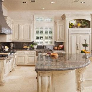 Foto di una cucina chic con lavello integrato, ante beige, paraspruzzi a effetto metallico, paraspruzzi con piastrelle di metallo, elettrodomestici in acciaio inossidabile, pavimento in travertino, pavimento beige e top marrone