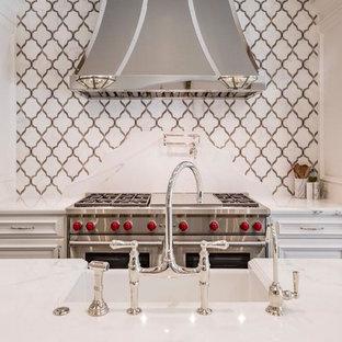 Inspiration för mycket stora klassiska kök, med en rustik diskho, luckor med upphöjd panel, vita skåp, marmorbänkskiva, flerfärgad stänkskydd, stänkskydd i stenkakel, rostfria vitvaror, mörkt trägolv, flera köksöar och brunt golv