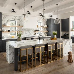ワシントンD.C.のトランジショナルスタイルのおしゃれなキッチン (アンダーカウンターシンク、シェーカースタイル扉のキャビネット、グレーのキャビネット、マルチカラーのキッチンパネル、パネルと同色の調理設備、無垢フローリング、茶色い床、マルチカラーのキッチンカウンター) の写真