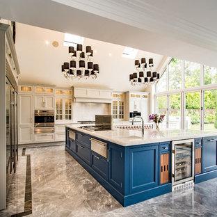 Foto di un'ampia cucina a L minimal con ante con riquadro incassato, ante beige, isola, pavimento grigio, top bianco, top in marmo e pavimento in marmo