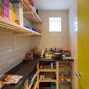 ケンブリッジシャーの中サイズのモダンスタイルのおしゃれなキッチン (オープンシェルフ、レンガのキッチンパネル、セラミックタイルの床) の写真