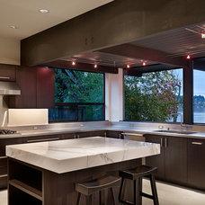 Contemporary Kitchen by Ainslie-Davis Construction