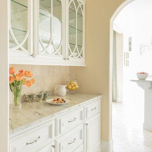 Große Mediterrane Küche mit Vorratsschrank, Glasfronten, weißen Schränken, Granit-Arbeitsplatte, Küchenrückwand in Beige, Rückwand aus Steinfliesen und Travertin in Houston