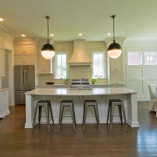 Idéer för ett mellanstort lantligt kök, med en undermonterad diskho, skåp i shakerstil, vita skåp, marmorbänkskiva, vitt stänkskydd, stänkskydd i tunnelbanekakel, rostfria vitvaror, mörkt trägolv, en köksö och brunt golv