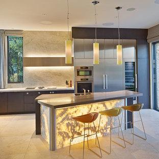 サンフランシスコのコンテンポラリースタイルのおしゃれなキッチン (アンダーカウンターシンク、フラットパネル扉のキャビネット、ステンレスキャビネット、ベージュキッチンパネル、シルバーの調理設備の) の写真