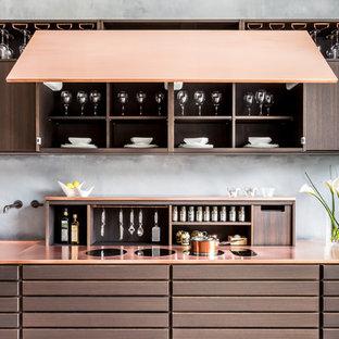 ロンドンの小さいコンテンポラリースタイルのおしゃれなキッチン (ドロップインシンク、フラットパネル扉のキャビネット、茶色いキャビネット、銅製カウンター、グレーのキッチンパネル、アイランドなし) の写真