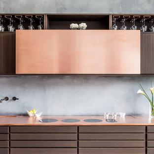 Diseño de cocina lineal, contemporánea, pequeña, abierta, sin isla, con fregadero encastrado, armarios con paneles lisos, puertas de armario marrones, encimera de cobre y salpicadero verde