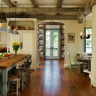 Idee per una cucina abitabile con top in legno, elettrodomestici da incasso, ante beige, ante con riquadro incassato, parquet scuro, isola e pavimento marrone