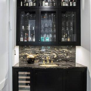 Foto di una cucina classica con lavello sottopiano, ante con riquadro incassato, ante nere, top in quarzite, paraspruzzi multicolore, paraspruzzi con piastrelle in pietra, elettrodomestici da incasso e pavimento in marmo