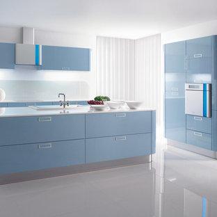 Bild på ett mellanstort funkis kök, med en dubbel diskho, öppna hyllor, röda skåp, bänkskiva i kvartsit, vitt stänkskydd, stänkskydd i cementkakel, rostfria vitvaror, tegelgolv och en köksö