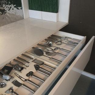 Große, Zweizeilige Moderne Wohnküche mit Kücheninsel, flächenbündigen Schrankfronten, weißen Schränken, Quarzwerkstein-Arbeitsplatte, Küchenrückwand in Metallic, weißen Elektrogeräten, Einbauwaschbecken und Betonboden in Philadelphia