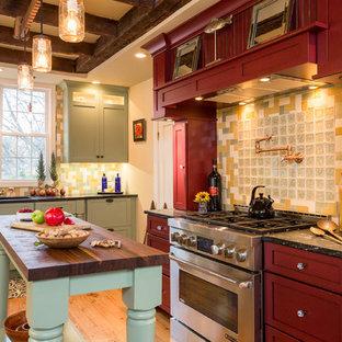 Idéer för ett stort lantligt kök, med skåp i shakerstil, flerfärgad stänkskydd, stänkskydd i glaskakel, mellanmörkt trägolv, en köksö, röda skåp, träbänkskiva och rostfria vitvaror