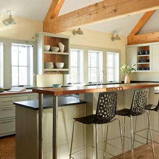 Bild på ett mellanstort lantligt kök, med gröna skåp, korkgolv, en köksö, öppna hyllor, brunt golv och träbänkskiva