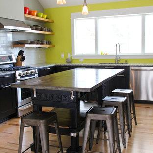 グランドラピッズの大きいエクレクティックスタイルのおしゃれなキッチン (コンクリートカウンター、ドロップインシンク、オープンシェルフ、白いキッチンパネル、セメントタイルのキッチンパネル、シルバーの調理設備の、淡色無垢フローリング) の写真