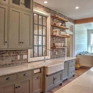 Idéer för att renovera ett mellanstort vintage vit vitt kök, med en rustik diskho, skåp i shakerstil, grå skåp, bänkskiva i kvarts, rött stänkskydd, stänkskydd i tegel, rostfria vitvaror, ljust trägolv, en köksö och beiget golv