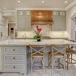 Esempio di una grande cucina a L mediterranea con ante a persiana, ante grigie, paraspruzzi beige, elettrodomestici da incasso, isola, pavimento grigio e top grigio