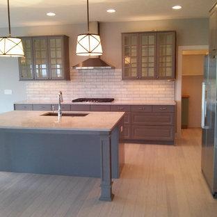 Große Moderne Wohnküche mit Unterbauwaschbecken, grauen Schränken, Küchenrückwand in Weiß, Rückwand aus Keramikfliesen, Küchengeräten aus Edelstahl, Bambusparkett und Kücheninsel in Omaha