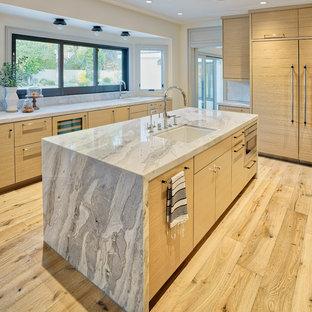 ラスベガスの中くらいのエクレクティックスタイルのおしゃれなキッチン (アンダーカウンターシンク、フラットパネル扉のキャビネット、淡色木目調キャビネット、珪岩カウンター、白いキッチンパネル、大理石のキッチンパネル、パネルと同色の調理設備、淡色無垢フローリング、ベージュの床、グレーのキッチンカウンター) の写真