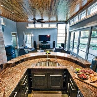 Foto di una cucina moderna di medie dimensioni con ante lisce, top in quarzite, paraspruzzi arancione, parquet scuro, penisola, lavello a doppia vasca, ante viola, paraspruzzi con piastrelle di metallo e elettrodomestici in acciaio inossidabile