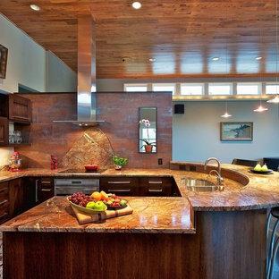 Inspiration för mellanstora moderna kök, med släta luckor, bänkskiva i kvartsit, orange stänkskydd, stänkskydd i metallkakel, rostfria vitvaror, mörkt trägolv, en halv köksö, en dubbel diskho och lila skåp