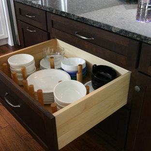 Ejemplo de cocina marinera con encimera de granito, salpicadero de piedra caliza y suelo de madera en tonos medios