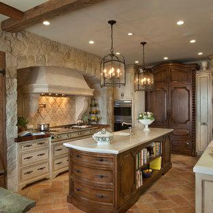 Große Mediterrane Wohnküche in U-Form mit Landhausspüle, Schrankfronten mit vertiefter Füllung, Schränken im Used-Look, Marmor-Arbeitsplatte, Küchenrückwand in Weiß, Rückwand aus Stein, Elektrogeräten mit Frontblende, Terrakottaboden, Kücheninsel und rotem Boden in San Diego