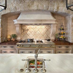 Ispirazione per una grande cucina mediterranea con lavello stile country, ante con riquadro incassato, ante con finitura invecchiata, top in marmo, paraspruzzi bianco, paraspruzzi in lastra di pietra, elettrodomestici da incasso, pavimento in terracotta, isola e pavimento rosso