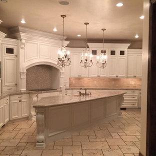 Idéer för ett avskilt, mycket stort klassiskt l-kök, med en undermonterad diskho, luckor med upphöjd panel, vita skåp, bänkskiva i kalksten, beige stänkskydd, stänkskydd i stenkakel, integrerade vitvaror, tegelgolv och en köksö