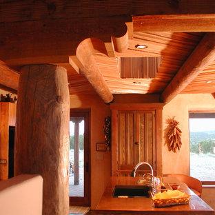 Zweizeilige, Kleine Mediterrane Wohnküche mit Unterbauwaschbecken, Kassettenfronten, hellen Holzschränken, Kupfer-Arbeitsplatte, Betonboden und Kücheninsel in Albuquerque